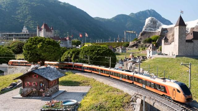 Der neue Voralpenexpress der SOB fährt seit kurzem auch als Modelleisenbahn in der Swissminiatur in Melide/TI.