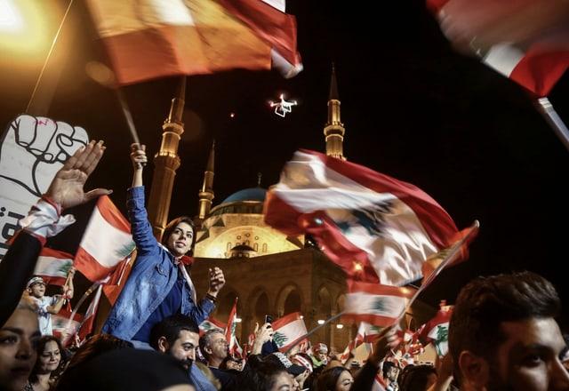 Viele junge Demonstranten mit libanesischen Fahnen.