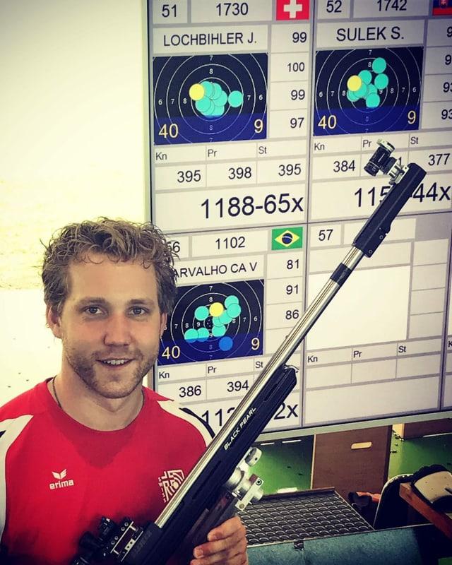 Jan Lochbihler vor Punktetafel mit Weltrekord