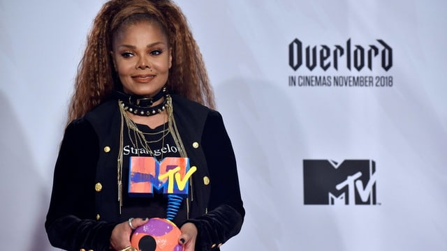 Janet Jackson hält eine Trophäe von MTV
