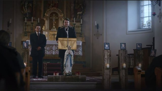 Martin Rindlisbacher (Philippe Graber) hält in der Dorfkirche eine Trauerrede.