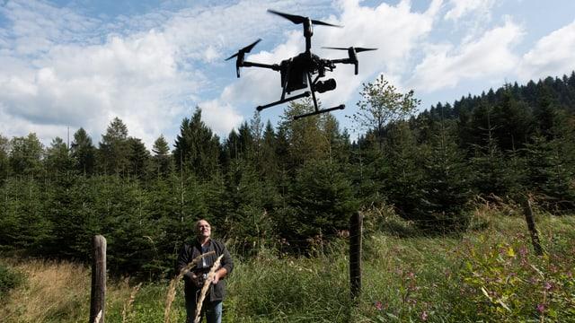 Purtret d'ina drona en l'aria.