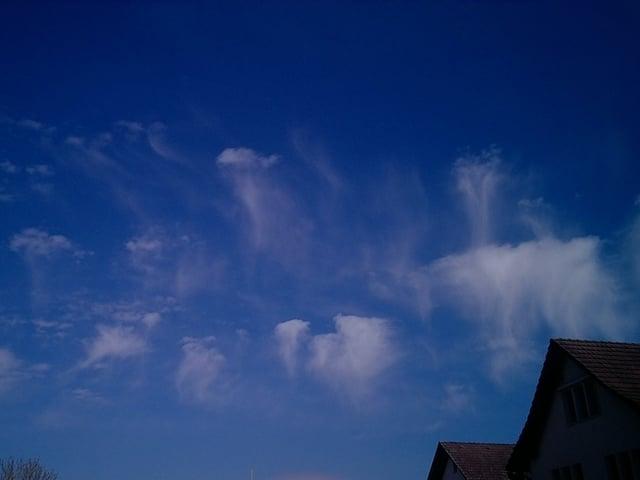 Blauer Himmel mit kleinen Wolken.