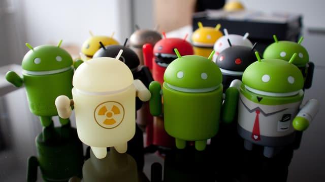 Grüne Android-Figuren, darunter eines in weiss, ein anderes in rot.