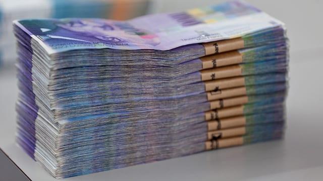 Bündel von Tausender-Banknoten auf einem Tisch