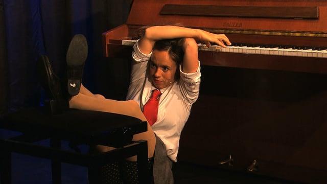 Frau spielt rückwärts über Kopf Klavier