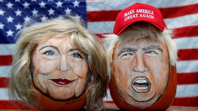 Ein Künstler hat Hillary Clinton und Donald Trump auf zwei Kürbisse gemalt.