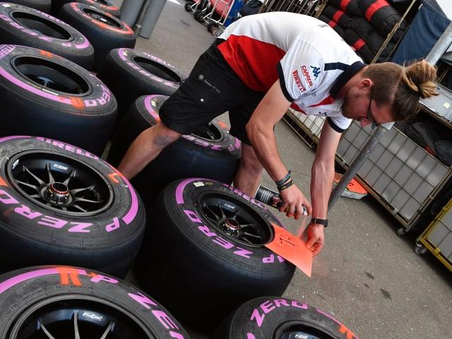 Ein Mechaniker markiert Formel-1-Reifen