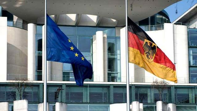 Vor dem Kanzleramt: Die Flaggen von EU und Deutschland wehen auf Halbmast.