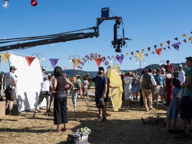 Kamerakran schwenkt über Zirkusszene