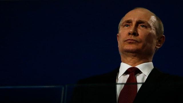 Putin lauscht der Schlusszeremonie der Paralympics in Sotschi.