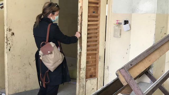 Bauführerin Jill Schmidheiny untersucht die schwer beschädigte Türe zu einem Klassenzimmer in einer Knabenschule in Zarqa