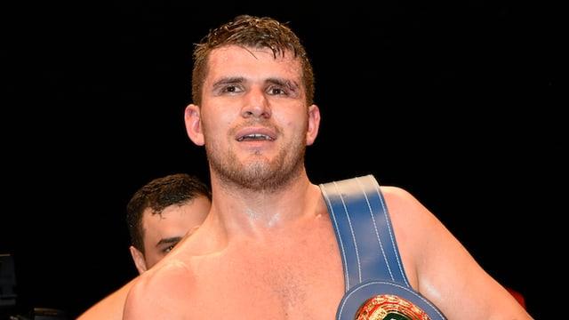 Boxer Arnold Gjergjaj mit nacktem Oberkörper