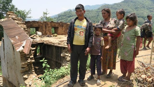 ina famiglia nepalaisa stat avant sia chasa destruida entras il terratrembel