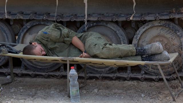 Soldat schläft auf Trage