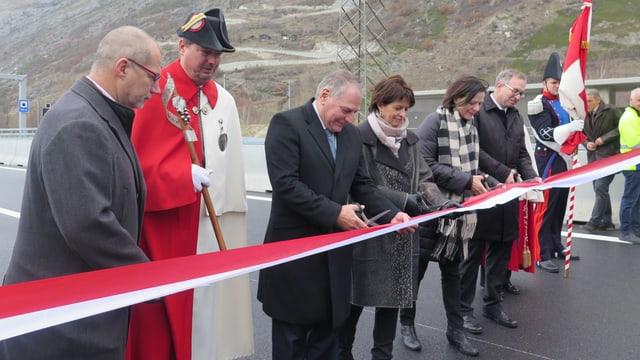 Bundesrätin Doris Leuthard schneidet mit Walliser Prominenz das Band der neuen Autobahn A9 im Wallis durch.
