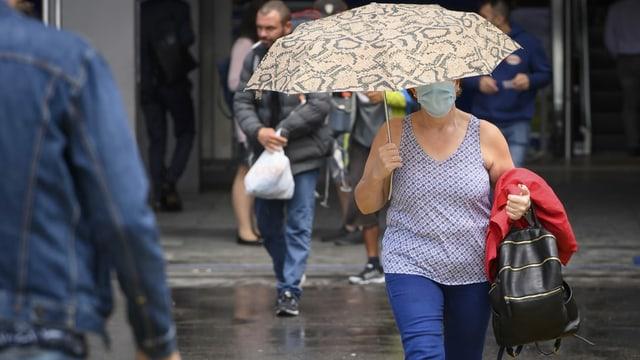Frau mit Schutzmaske in Zürich