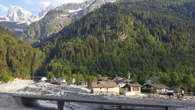 La situaziun da Bondo, davostiers la Val Bondasca.