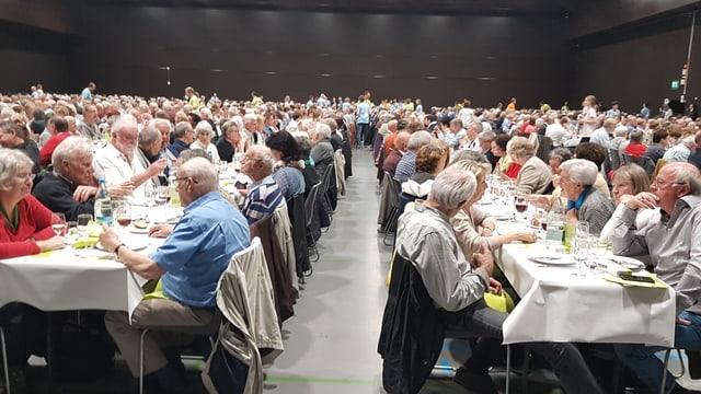 Ältere Menschen geniessen ein Essen, das ihnen die Kantonalbank offeriert.