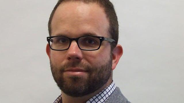 Mann mit Brille und Bart.