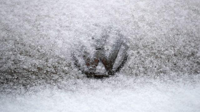 VW-Logo auf verschneiter Haube