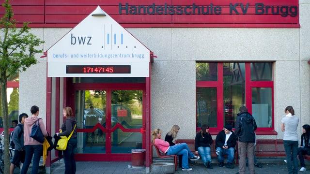 Eingang vor der Handelsschule KV Brugg