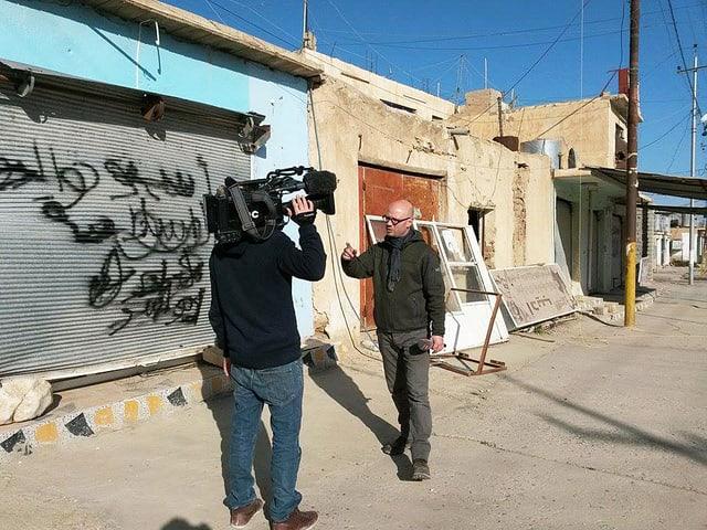 Korrespondent Pascal Weber und sein Kameramann Diego Wettstein in der zerstörten Stadt Snuny am Fusse des Sindschar-Gebirges