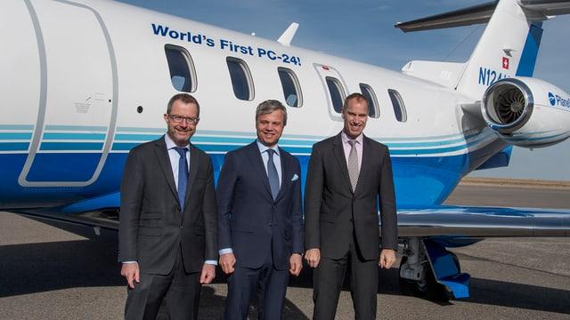 Pilatus-CEO Markus Bucher übergibt den ersten PC-24