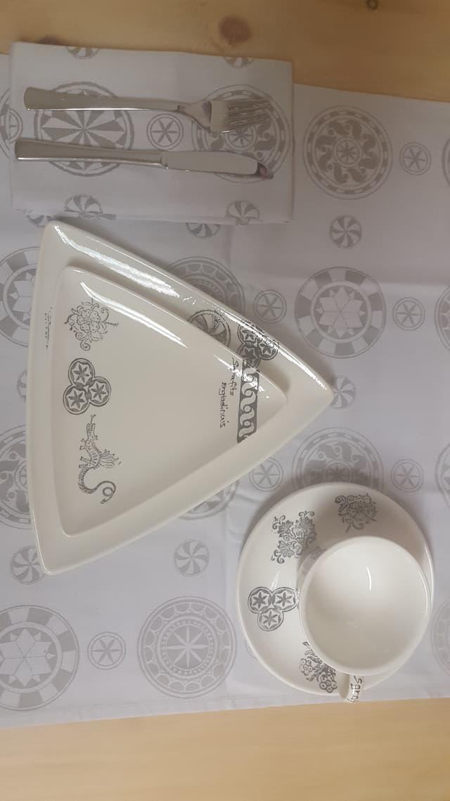 Sper la cheramica datti anc products da stoffa cun si ils simbols engiadinais