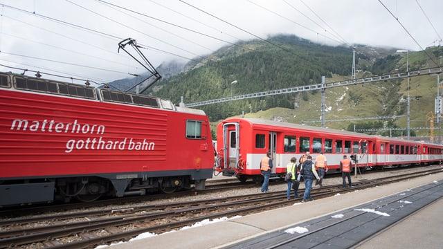 Zugskomposition der Matterhorn Gotthard Bahn im Bahnhof Andematt