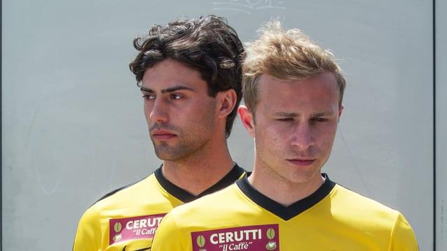 Zwei junge Männer im Fussball-Trikot.