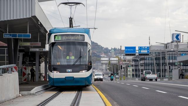 Tram 8 hält am Bahnhof Hardbrücke