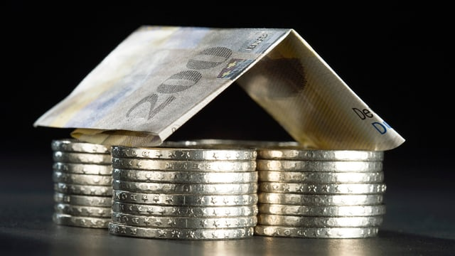 Aus Münzen und einer Zweihunderter-Note erbautes Haus