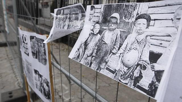 Fotos von hungernden Kindern an einem Gitter