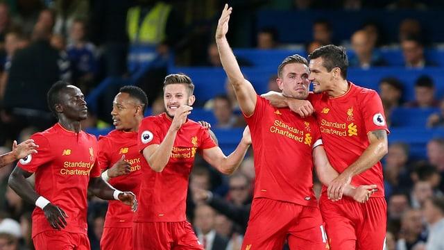 Mehrere Spieler von Liverpool jubeln.