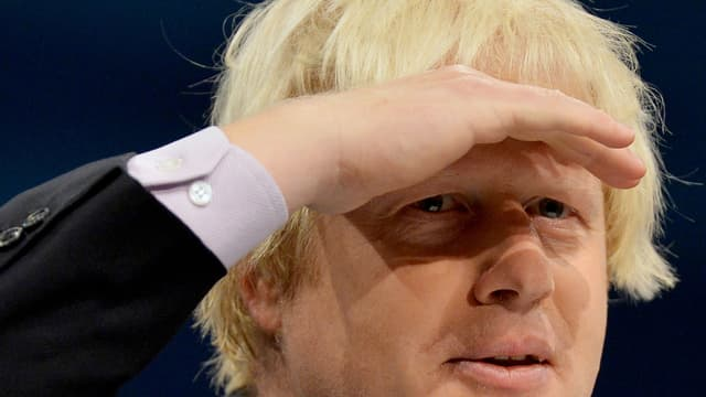 Nahaufnahme von Boris Johnson, der in die Ferne blickt und sich die Hand über die Augen hält.