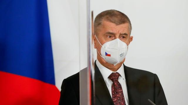 Ministerpräsident Andrej Babis mit Maske im Porträt.