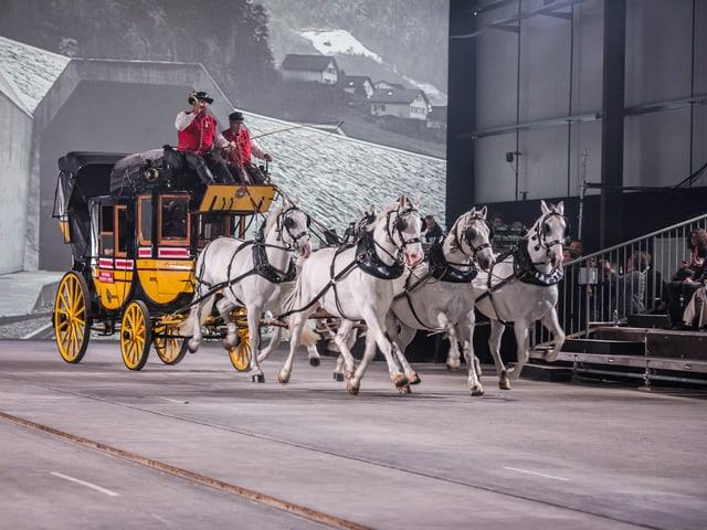 Eine Kutsche wird von Pferden gezogen.