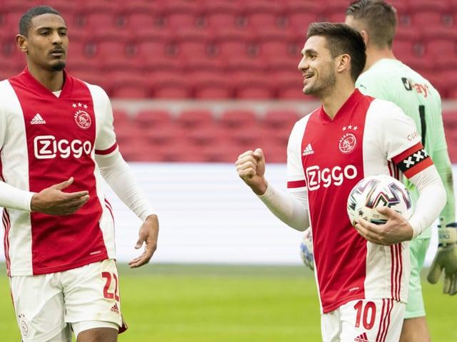 Dusan Tadic (r.) feiert seinen Treffer gegen Groningen.