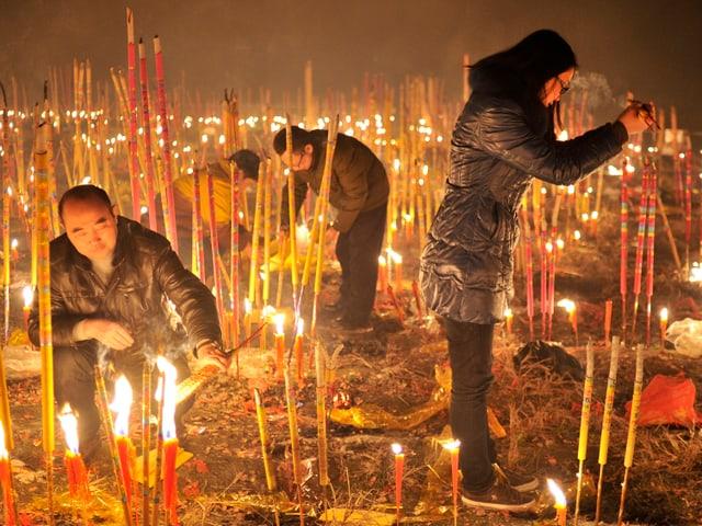 Gläubige in einem Tempel der Millionenstadt Chongqing