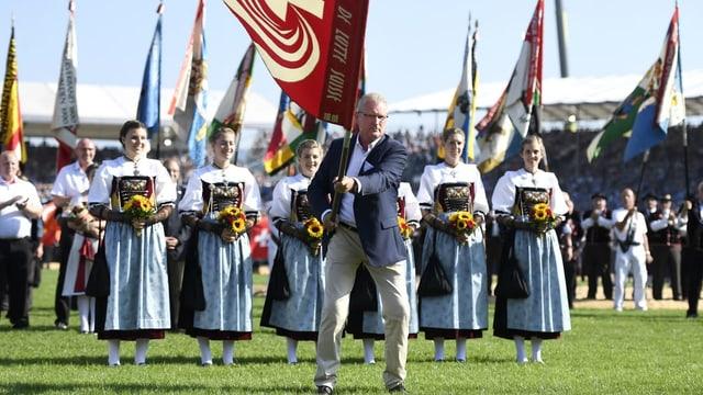 Heinz Tännler schwingt am Festakt die Fahne.