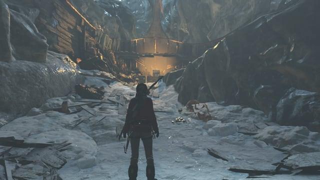 Lara steht in einer Eishöhle vor einem Schatz.