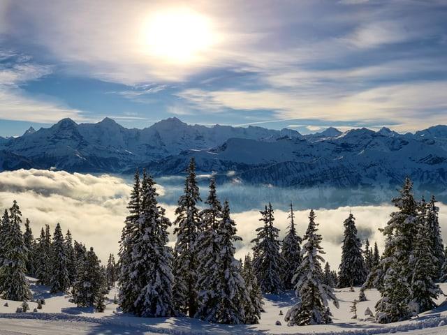 Selbst die Schleierwolken trüben das Bergvergnügen wie hier in Beatenberg an diesem Sonntag kaum.