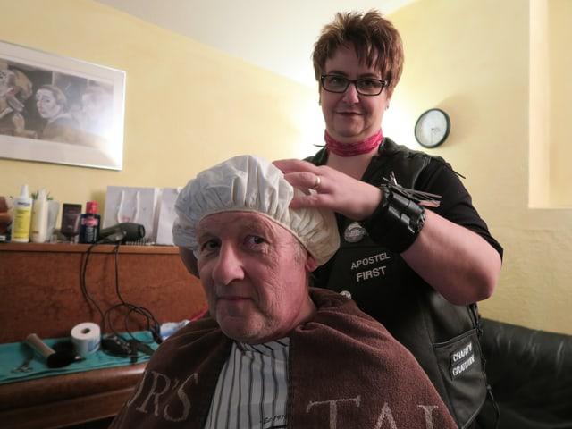 Daniel Affolter mit der Waschhaube auf dem Kopf