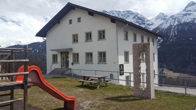 La veglia chasa da scola a Tschlin è oz il center «Bainesser».