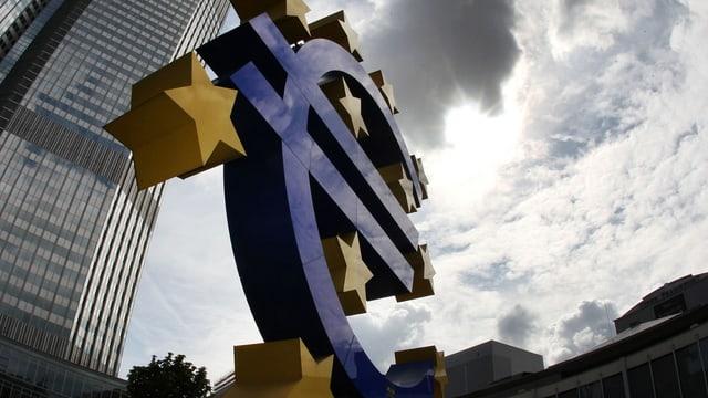 Dunkle Wolken über dem EZB-Logo