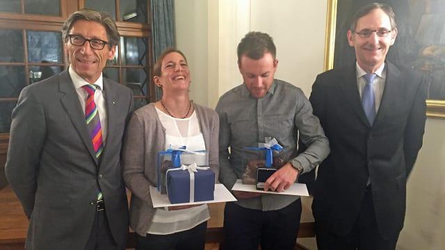 Die geehrten Spitzensportler Nicola Spirig und Simon Niepmann umrahmt von den Zürcher Regierungsräten Mario Fehr und Thomas Heiniger.