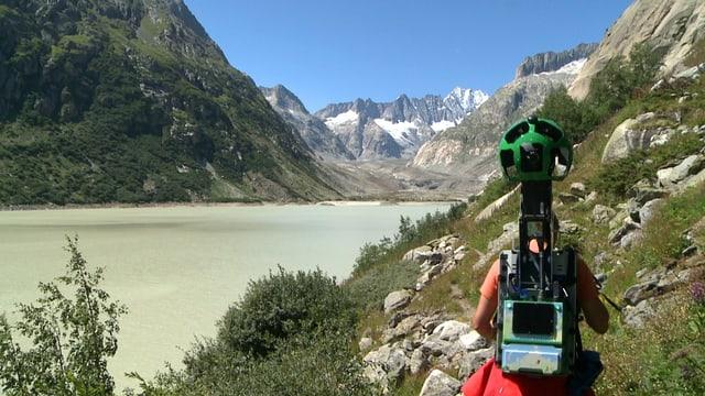 Mann, der eine Google-Street-View-Kamera am Rücken trägt.