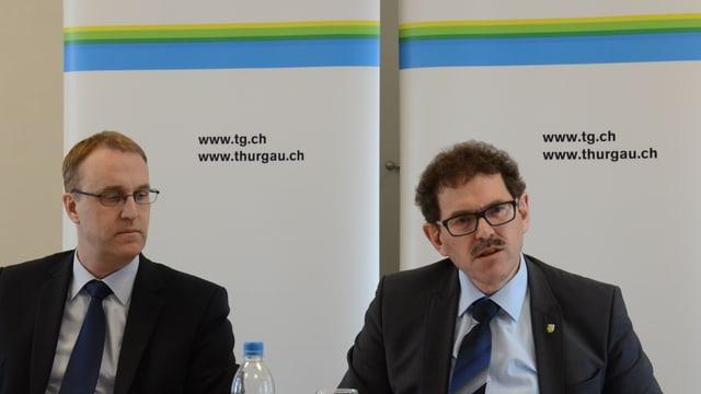 Finanzdirektor Jakob Stark (rechts) und Urs Meierhans, Chef der Finanzverwaltung, präsentieren die Zahlen zum Rechnungsjahr 2014.