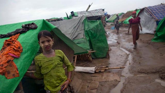 Ein Rohingya-Mädchen steht vor dem Zelt ihrer Familie.